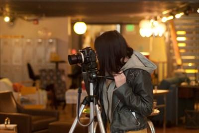 カメラを覗いて写真を撮っている